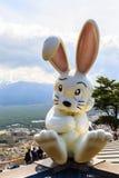 在登上Tenjoyama的兔子玩偶 免版税库存图片