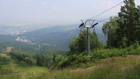 在登上Tserkovka的滑雪驾空滑车在Belokurikha。 股票视频