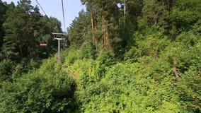 在登上Tserkovka的滑雪驾空滑车在Belokurikha 阿尔泰边疆区 股票视频