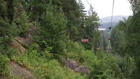 在登上Tserkovka的滑雪驾空滑车在Belokurikha 股票视频