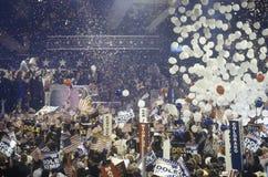 在1996年滴下作为Dole的气球和五彩纸屑被提名在共和党国民公会,圣地亚哥,加州 免版税库存图片