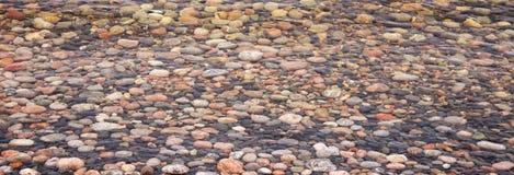 在水下的五颜六色的小卵石 免版税图库摄影