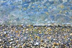在水下的光滑的小卵石 库存照片