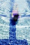 在水下的女孩在水池 免版税库存照片