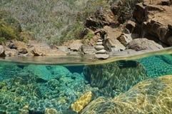 在水下的河岩石和堆小卵石 免版税库存照片