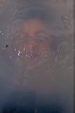 在水下的面孔女孩 免版税库存图片