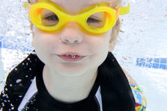 在水下的水池的儿童游泳 免版税库存照片