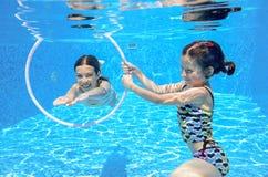 在水下的水池的孩子游泳 免版税库存图片