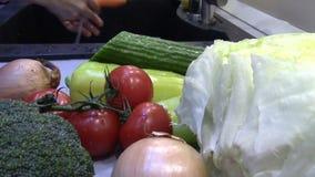 在水下的洗涤的新鲜蔬菜 股票视频