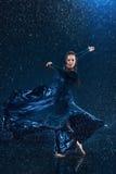 在水下的年轻美好的现代舞蹈家跳舞下降 免版税库存图片