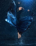 在水下的年轻美好的现代舞蹈家跳舞下降 库存图片