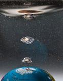 在水下的Colorfull地球与泡影 免版税图库摄影