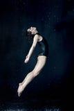 在水下落下的美好的现代舞蹈家跳舞 库存照片