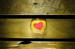 在水下落的红色心脏 免版税库存照片
