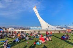 在2014年与灼烧的火焰的大奥林匹克火炬架设在奥林匹克公园是索契冬季奥运会的主要地点 图库摄影
