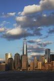 在以世界贸易中心一号大楼(1WTC),自由塔,纽约,纽约,美国为特色的水的纽约地平线 免版税库存照片