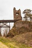 在13世纪修造的城堡的Zubstejn废墟在捷克 阴暗日 库存照片