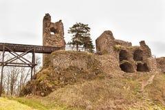 在13世纪修造的城堡的Zubstejn废墟在捷克 阴暗日 免版税库存图片