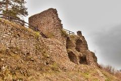 在13世纪修造的城堡的Zubstejn废墟在捷克 阴暗日 库存图片