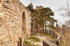 在13世纪修造的城堡的Zubstejn废墟在捷克 阴暗日 图库摄影