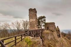 在13世纪修造的城堡的Zubstejn废墟在捷克 阴暗日 免版税库存照片