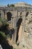 在18世纪和旅游业旅舍修造的美丽的新的桥梁朗达 免版税图库摄影