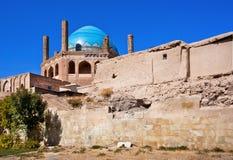 在14世纪和Soltaniyeh陵墓圆顶修筑的石墙在Zanjan市,伊朗附近 免版税库存图片