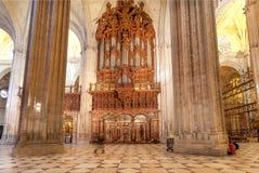 在16世纪塞维利亚大教堂里面的大理石柱有金黄装饰和安心的 库存照片