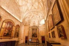 在16世纪塞维利亚大教堂里面的老宗教绘画有金黄装饰和安心的 免版税图库摄影