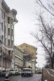 在19世纪建造的议院,在城市的中心在期间降雪 库存图片