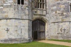 在13世纪托特修道院的古老废墟的橡木门户Titchfield的,费勒姆在汉普郡英国 免版税库存照片