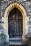 在14世纪教会的木门和步细节 库存照片