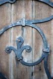 在14世纪教会的木门和锻铁细节 免版税图库摄影