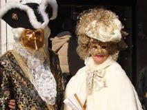 在18世纪服装的精采成熟夫妇 库存照片