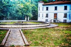 在19世纪末期修建的一栋老别墅的公园 免版税库存照片