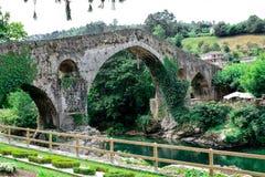 在13世纪末期被修筑的罗马桥梁 库存照片