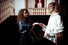 在18世纪的衣物的美好的夫妇 图库摄影