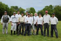 在19世纪葡萄酒制服的棒球队在老牌基地在规则和风俗之后的球戏剧期间从1864 免版税库存图片
