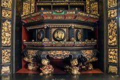 在19世纪,潮州使用艺术珍贵的木雕刻崇拜祖先和神话图 库存图片