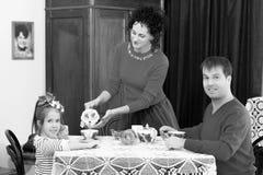 在20世纪50年代内部的家庭饮用的茶 库存图片
