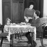 在20世纪50年代内部的家庭饮用的茶 免版税库存照片