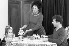 在20世纪50年代内部的家庭饮用的茶 免版税图库摄影