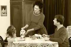 在20世纪50年代内部的家庭饮用的茶 库存照片