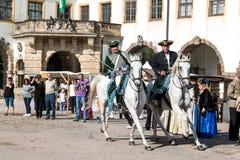 在18世纪轻骑兵的服装的马展示 免版税图库摄影