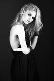 在黑丝绸礼服的大胆的女孩模型, 免版税库存照片