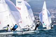 在2017个人的470世界冠军期间,运动员在行动乘快艇 库存照片
