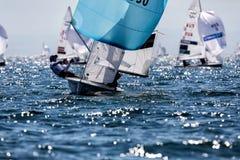 在2017个人的470世界冠军期间,运动员在行动乘快艇 库存图片