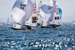 在2017个人的470世界冠军期间,运动员在行动乘快艇 免版税库存图片