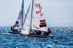 在2017个人的470世界冠军期间,运动员在行动乘快艇 免版税库存照片