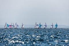 在2017个人的470世界冠军期间,运动员在行动乘快艇 免版税图库摄影